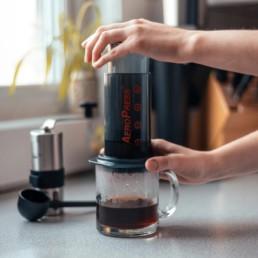 café servi grace à l'aeropress go
