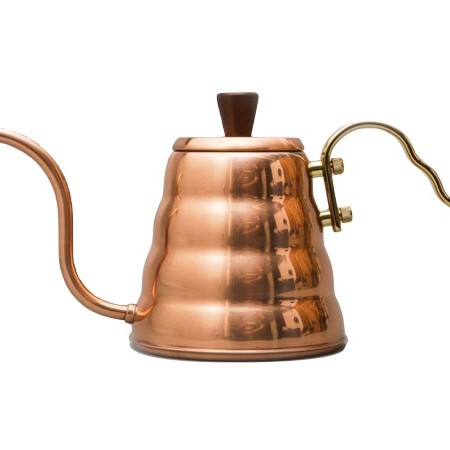 bouilloire buono kettle de la maison Hario couleur cuivre et son bec verseur