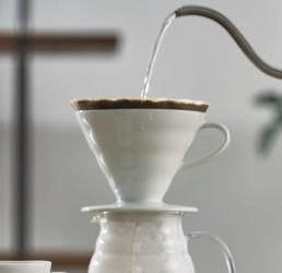 dripper V60 blanc Hario et son filtre pour une extraction du café en méthode douce