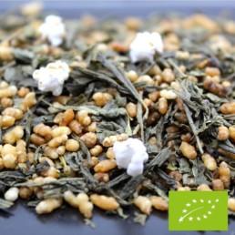 Ce délicieux thé traditionnel japonais marie le thé vert Bancha avec du riz soufflé. Sa légère saveur de maïs et ses notes végétales fraîches lui confèrent un goût unique et original. Faible en théine, profitez de ses saveurs tout au long de la journée, et même en soirée !