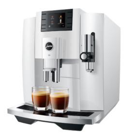 machine E8 JURA piano white et ses deux tasses servis avec du café