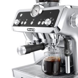 machine specialista Delonghi pour une expérience barista à la maison zoom sur la tasse remplit de café