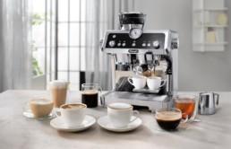 la machine Delonghi Specialista est présentée avec toutes les boissons possibles réalisables grâce à cette machine et ses nombreux accessoires