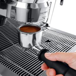 café servi dans un percolateur de café prêt à être extrait de la machine spécialiste Delonghi